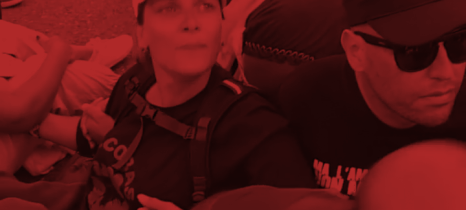 Frau mit SICobas T-Shirt und Mann bei einer Sitzblockade, untergehakt, vor dem Warenlager der Firma Yoox, vertreten durch die Kooperative Mr. Job in Bologna, Italien